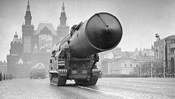 Комплекс Ракетных войск стратегического назначения проходит по Красной площади. 1965 год