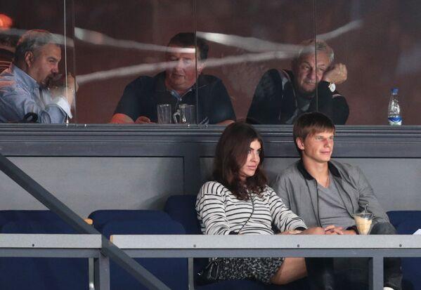 Футболист Андрей Аршавин и его спутница Алиса Казьмина на трибуне стадиона Ледового дворца