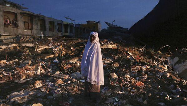 Женщина среди руин рынка после землетрясения в Индонезии. 8 декабря 2016