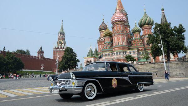 Автомобиль Чайка ГАЗ 13 на Васильевском спуске в Москве