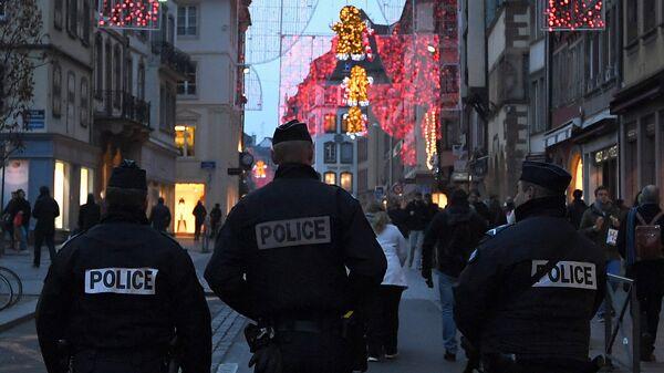 Сотрудники полиции на улице Страсбурга, Франция.