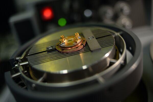 Экспериментальный чип джозефсоновского параметрического усилителя