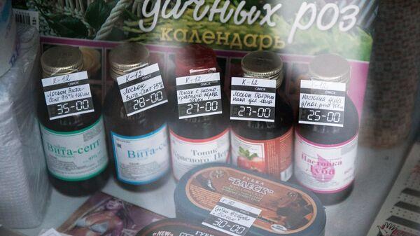 Спиртосодержащие средства на прилавке одного из магазинов. Архивное фото