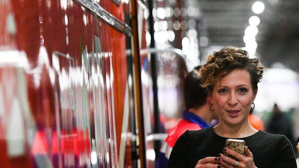 Телеведущая Яна Чурикова на торжественной презентации нового состава поезда, посвящённого Кубку конфедераций FIFA 2017 на станции метро Белорусская