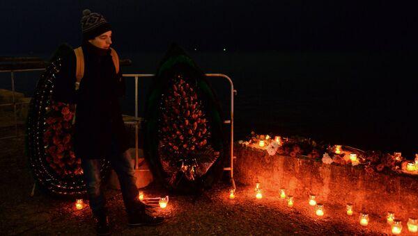 Мужчина на акции памяти в Сочи, где самолет Минобороны РФ Ту-154 потерпел крушение у побережья Черного моря