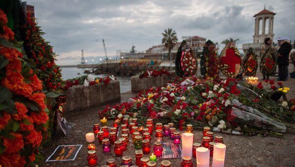 Цветы и свечи в память о жертвах крушения ТУ-154 в Сочи . Архивное фото