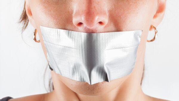 Женщина с заклеенным скотчем ртом. Архивное фото