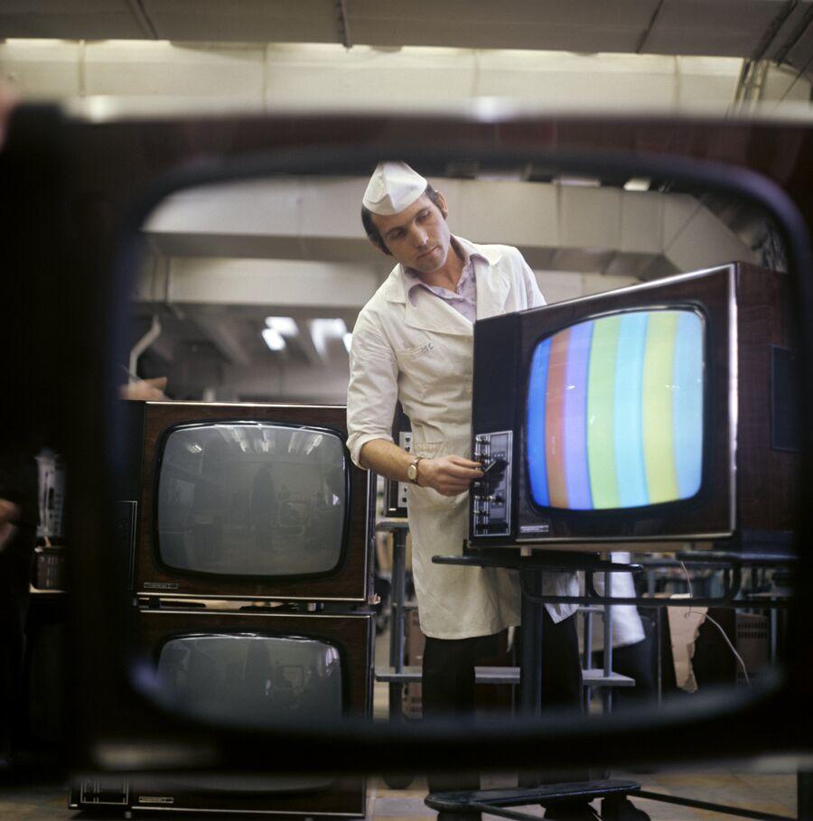 Настройка цветного телеприемника Электрон-706 в цехе Львовского производственного объединения Электрон