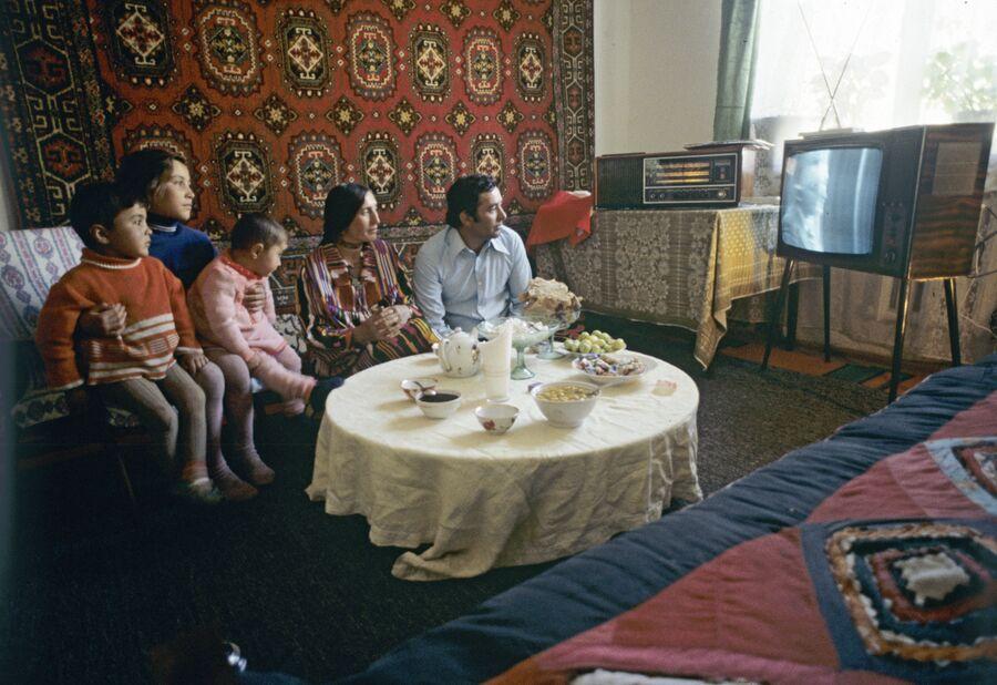 Школьный учитель Акдодхон Мурадалиев с семьей. Таджикская ССР