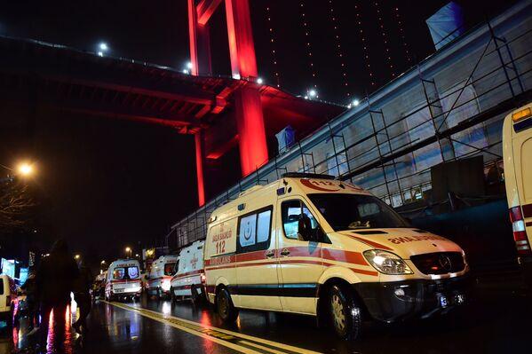 Машины скорой помощи на месте теракта в Стамбуле. 1 января 2017