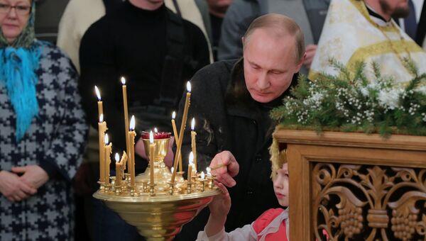 Президент РФ Владимир Путин во время Рождественского богослужения в Свято-Юрьевом монастыре в Новгородской области