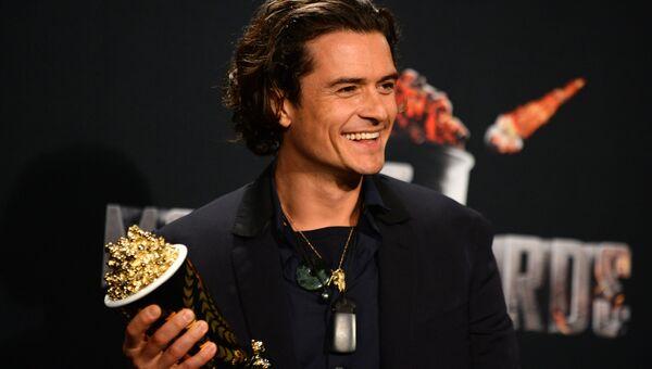 Актер Орландо Блум с наградой MTV Movie Awards в категории Лучшая драка за фильм Хоббит: Пустошь Смауга в Лос-Анджелесе
