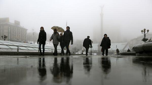 Прохожие на площади Независимости в Киеве, Украина. Архивное фото