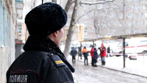 Сотрудник полиции у жилого дома в Ленинском районе Саратова, где 11 января произошел взрыв бытового газа с последующим возгоранием. 12 января 2017