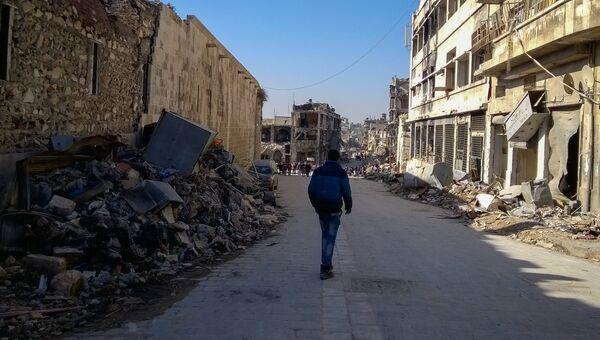 Мужчина на улице в районе Аль Назирия в сирийском Аллепо. Архивное фото