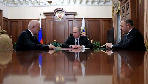 Президент РФ Владимир Путин во время встречи с главой Адыгеи Асланом Тхакушиновым и премьер-министром республики Адыгея Муратом Кумпиловым (справа) в Кремле. 12 января 2017