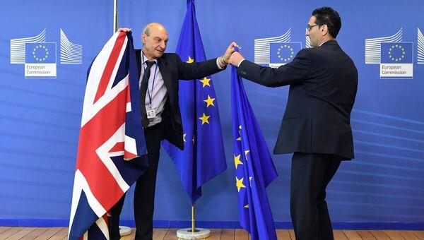 Флаги Евросоюза и Великобритании в штаб-квартире ЕС в Брюсселе. Архивное фото