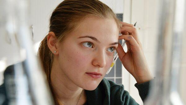 Студентка на экзамене по аналитической химии в Дальневосточном федеральном университете. Архивное фото