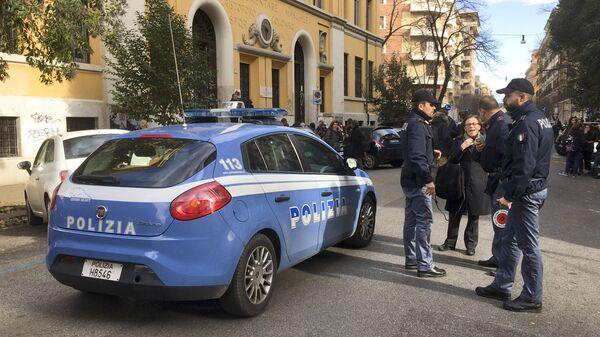 Итальянские полицейские у здания школы после эвакуации в связи с землетрясением в Риме