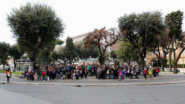 Эвакуированные студенты во время землетрясения в Риме