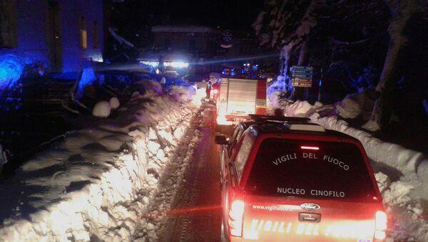 Итальянские спасатели по пути к отелю Rigopiano di Farindola в регионе Абруццо после схода лавины