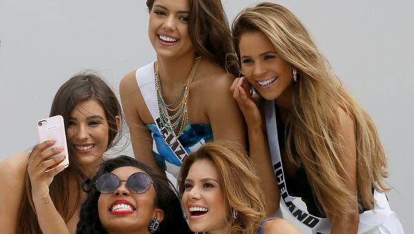 Участницы конкурса Мисс Вселенная делают селфи на борту яхты Счастливая жизнь во время путешествия на пляжный курорт в Маниле, Филиппины