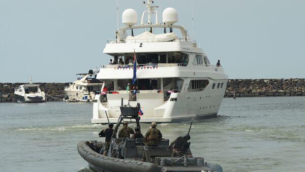 Члены NAVSOG сопровождают яхту Счастливая жизнь во время путешествия участниц конкурса Мисс Вселенная  на пляжный курорт в Маниле, Филиппины