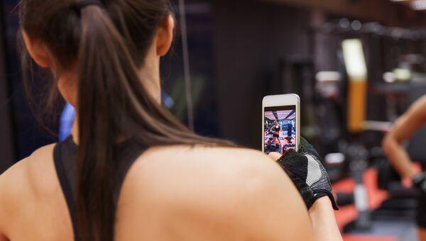 Девушка делает селфи в спортзале
