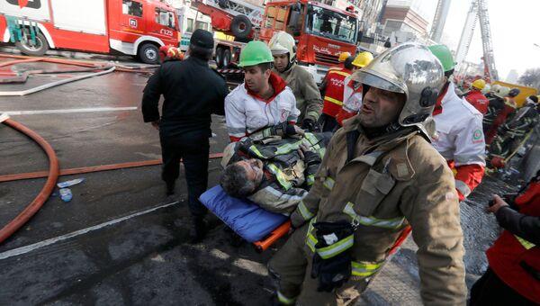 Пожарные на месте обрушения высотного здания Пласко в Тегеране