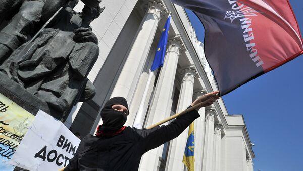 Активист Правого сектора у здания Рады в Киеве, Украина, архивное фото