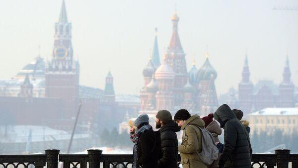 Прохожие в морозный день в Москве. Архивное фото