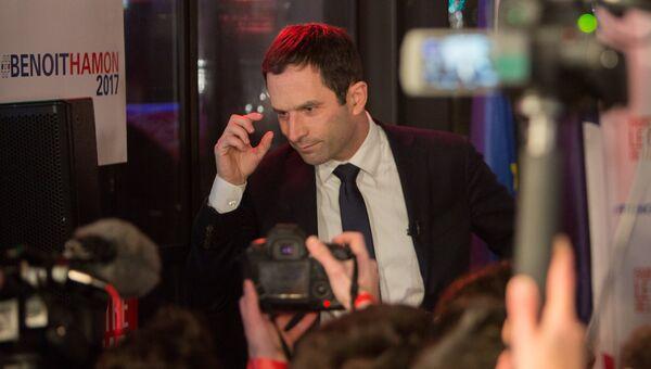 Бенуа Амон, занявший первое место в ходе первого тура праймериз Социалистической партии Франции, выступает с пресс-конференцией на барже Le Quai в Париже