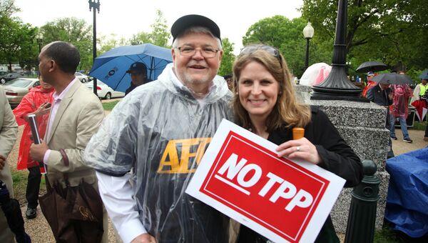 Участники акции протеста против Соглашения о Транстихоокеанском торговом партнерстве