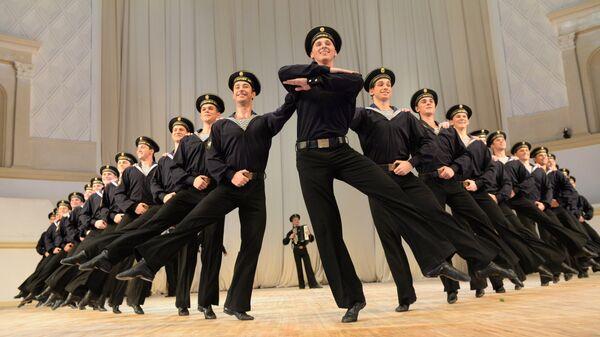 Артисты ансамбля народного танца имени Игоря Моисеева исполняют танец Яблочко на открытии 77-го сезона в Концертном зале имени П. И. Чайковского
