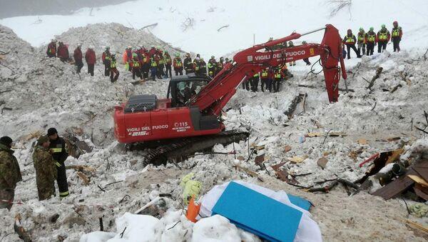 Итальянские спасатели во время поисковой операции в отеле Rigopiano di Farindola после схода лавины. 24 января 2017