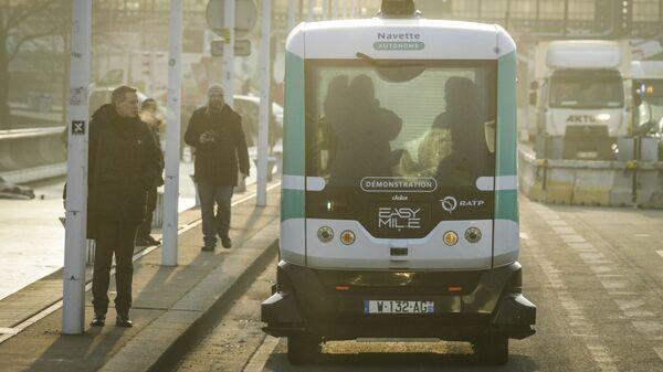 Беспилотный автобус на улице Парижа