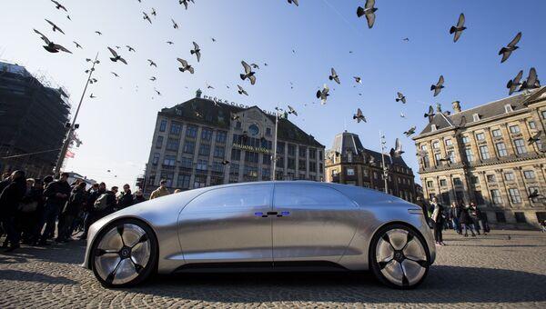 Беспилотный автомобиль Mercedes Benz F 015 на площади в Амстердаме