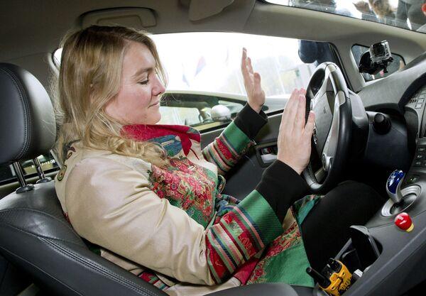Министр инфраструктуры и окружающей среды Нидерландов Мелани Шульц ван Хэген за рулем беспилотного автомобиля