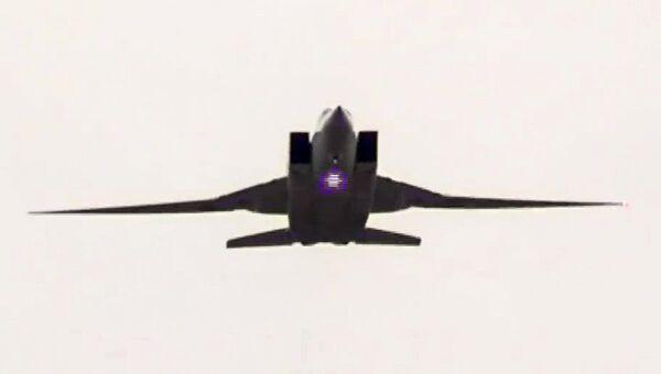 Сверхзвуковой стратегический бомбардировщик-ракетоносец ВКС РФ Ту-22М3 во время нанесения авиационного удара по объектам террористов в провинции Дейр-эз-Зор в Сирии