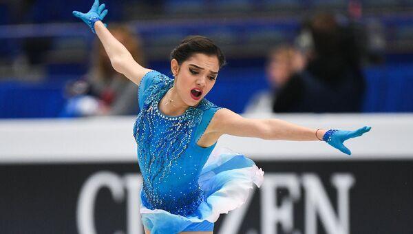 Евгения Медведева выступает в короткой программе женского одиночного катания на чемпионате Европы по фигурному катанию в Остраве