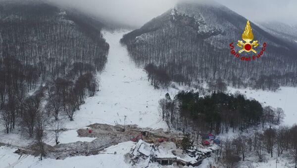 Разрушенный после схода лавины отель Rigopiano в Италии. Съемка с дрона