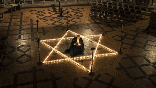 600 свечей в форме звезды Давида, приуроченные к Международному дню памяти жертв Холокоста, Англия