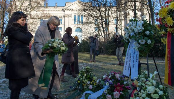 Вице-президент немецкого Бундестага Клаудиа Рот возлагает цветы у мемориала в Берлине
