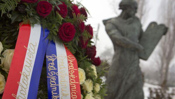 Венок от президента Хорватии, премьер-министра и спикера парламента у памятника погибшим жертвам в лагере смерти Ясеновац