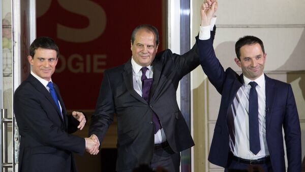 Кандидаты в президенты от Социалистической партии Франции Мануэль Вальс и Бенуа Амон (справа) выходят к прессе в центральном офисе Социалистической партии в Париже. 29 января 2017