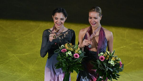 Евгения Медведева и Анна Погорилая во время церемонии награждения в Остраве