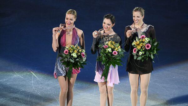 Призеры соревнований в женском одиночном катании на чемпионате Европы по фигурному катанию в Остраве во время церемонии награждения