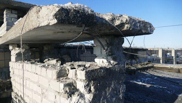 Поврежденная крыша 9-ти этажного жилого здания по улице Куйбышева в Донецке, пострадавшая в результате обстрела украинскими силовиками