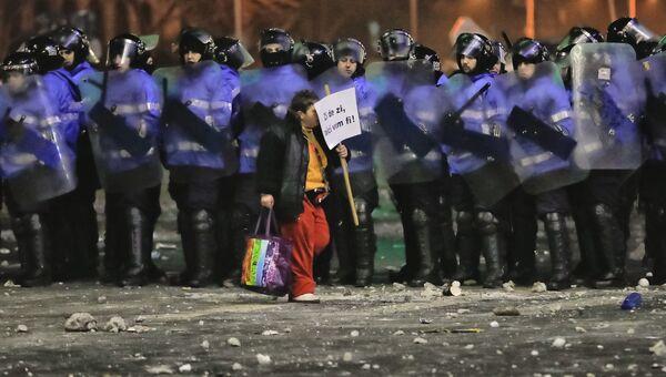 Протестующий с плакатом Мы будем здесь каждый день, Румыния, 2 февраля 2017