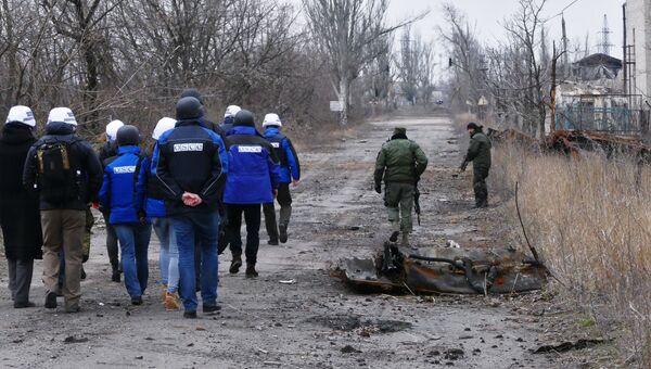 Сотрудники ОБСЕ во время посещения района обстрелов на Ясиноватской развилке в Донецкой области. Архивное фото